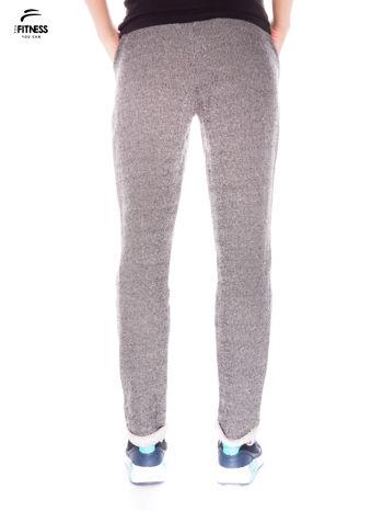 Ciemnoszare spodnie dresowe ze zwężaną nogawką zakończoną na dole ściągaczem                                  zdj.                                  3