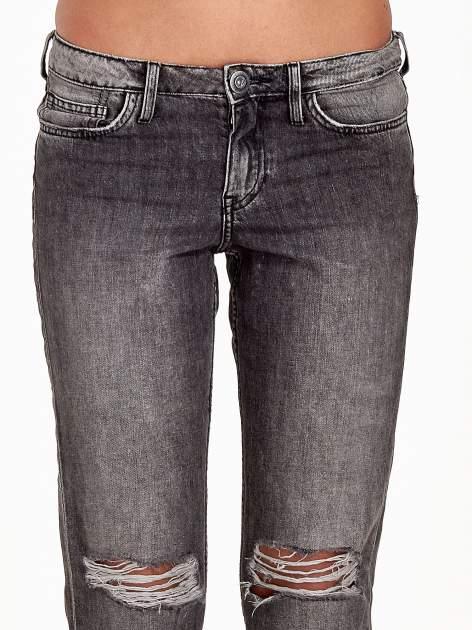 Ciemnoszare spodnie girlfriend jeans z rozcięciami na kolanach                                  zdj.                                  5