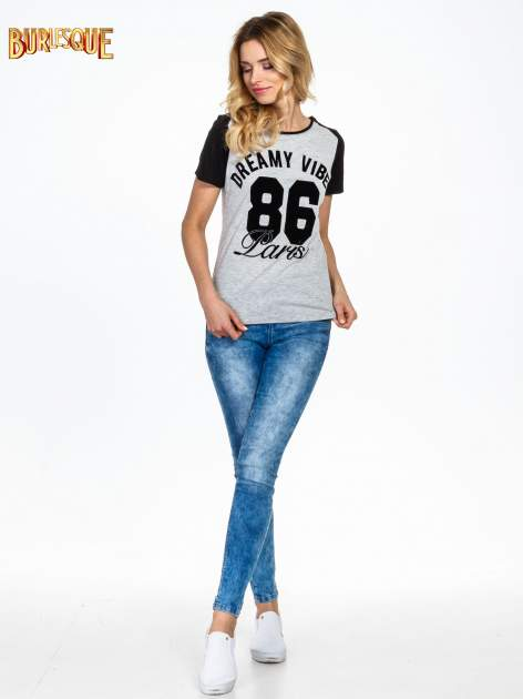 Ciemnoszaro-czarny t-shirt z napisem DREAMY VIBES 86 PARIS                                  zdj.                                  5