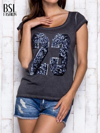 Ciemnoszary dekatyzowany t-shirt z cekinową liczbą 23