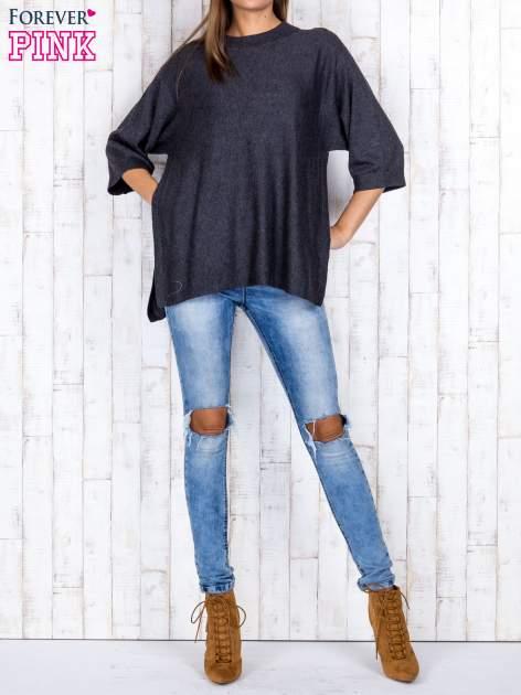 Ciemnoszary luźny sweter oversize z bocznymi rozcięciami                                  zdj.                                  2