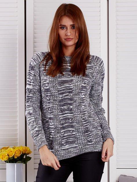 Ciemnoszary melanżowy sweter z warkoczowymi splotami                                  zdj.                                  1