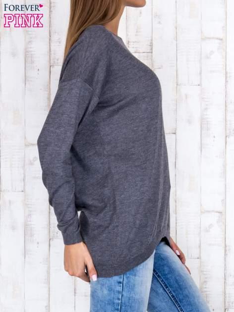Ciemnoszary nietoperzowy sweter oversize z dłuższym tyłem                                  zdj.                                  3