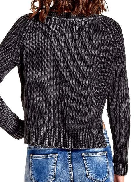 Ciemnoszary sweter cropped z rozporkami                                  zdj.                                  5