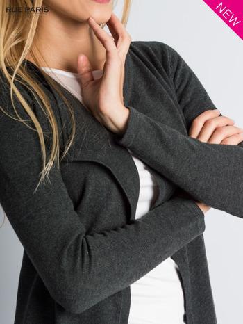 Ciemnoszary sweter narzutka z kaskadowymi bokami                                  zdj.                                  3