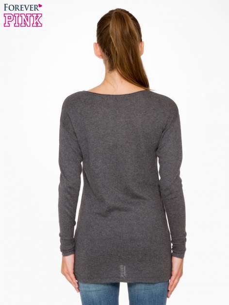 Ciemnoszary sweter z dłuższym tyłem i rozporkami po bokach                                  zdj.                                  4