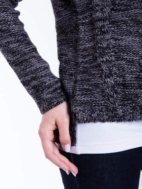 Ciemnoszary sweter z warkoczowym splotem z przodu                                  zdj.                                  5
