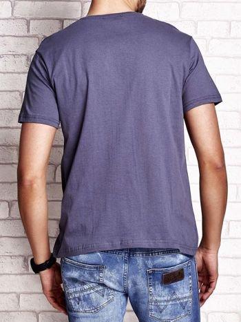 Ciemnoszary t-shirt męski z napisami i kotwicą                                  zdj.                                  2