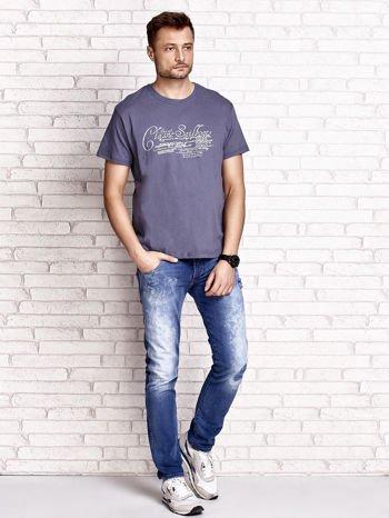 Ciemnoszary t-shirt męski z napisami i liczbą 83                                  zdj.                                  4