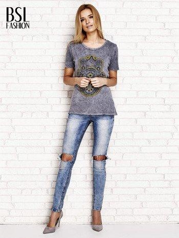 Ciemnoszary t-shirt z egzotycznym nadrukiem dłoni i wycięciem na plecach                                  zdj.                                  4