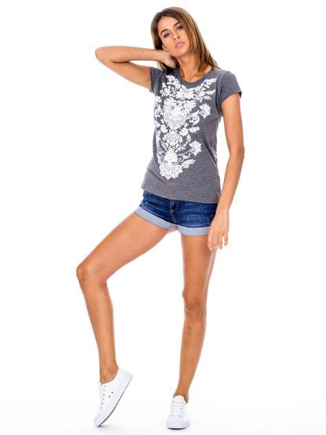 Ciemnoszary t-shirt z nadrukiem roślinnym                              zdj.                              4