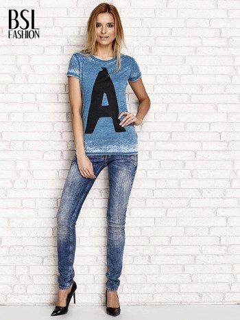 Ciemnoturkusowy t-shirt z literą A                                  zdj.                                  4