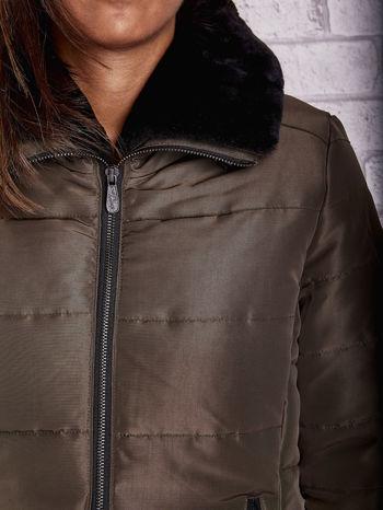 Ciemnozielona kurtka z futrzanym kołnierzem i kontrastową lamówką                                  zdj.                                  8