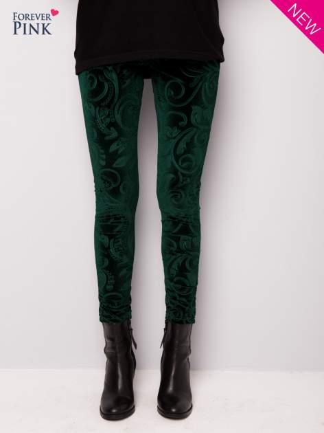 Ciemnozielone legginsy z weluru tłoczone w roślinny wzór                                  zdj.                                  6