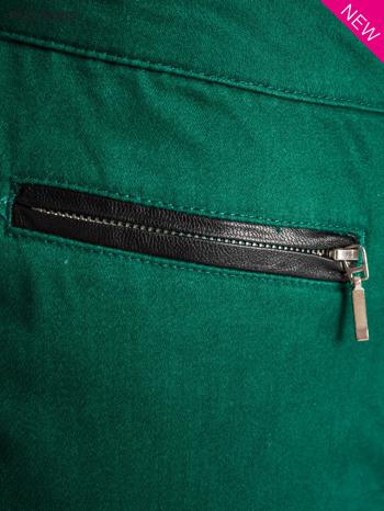 Ciemnozielone spodnie cygaretki ze skórzaną lamówką przy kieszeniach                                  zdj.                                  4