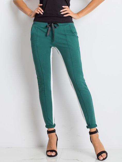 Ciemnozielone spodnie dresowe Defined                              zdj.                              1