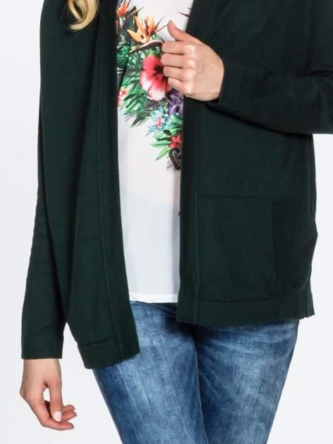 Ciemnozielony sweter kardigan z bocznymi kieszeniami                                  zdj.                                  5