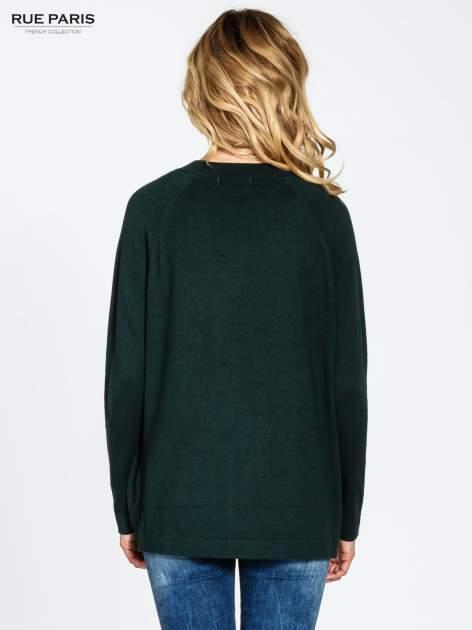 Ciemnozielony sweter kardigan z bocznymi kieszeniami                                  zdj.                                  2