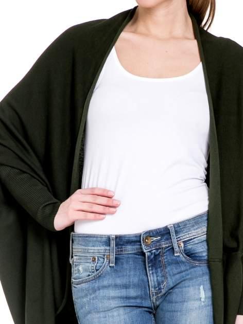 Ciemnozielony sweter narzutka z nietoperzowymi rękawami                                  zdj.                                  5