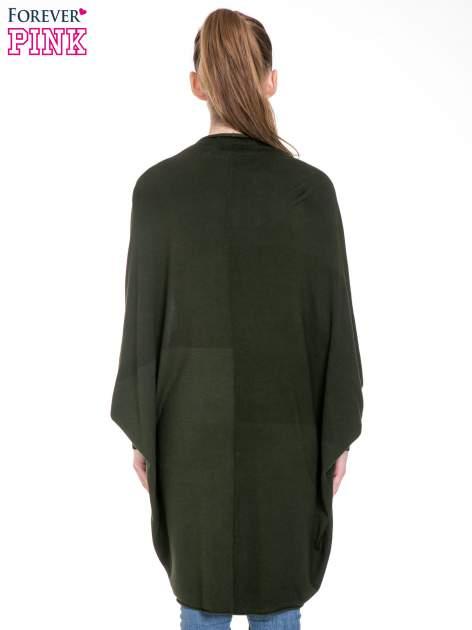 Ciemnozielony sweter narzutka z nietoperzowymi rękawami                                  zdj.                                  4