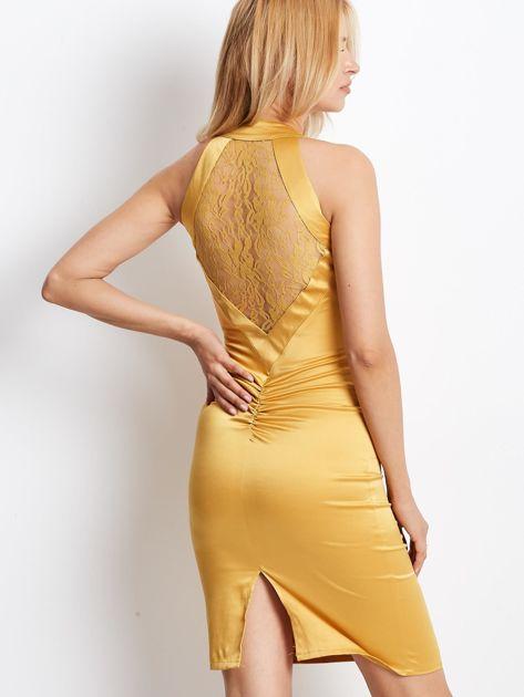 Ciemnożółta satynowa sukienka z koronkową wstawką z tyłu                              zdj.                              2