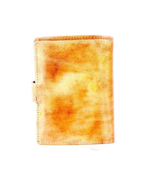 Cieniowany camelowy portfel z tłoczeniem                              zdj.                              2