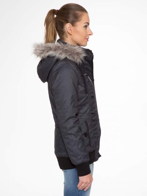 Ciepła kurtka zimowa z kapturem wykończonym futerkiem                                  zdj.                                  2