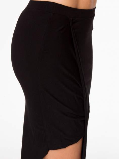 Czarna asymetryczna spódnica maxi z drapowaniem i rozporkiem z boku                                  zdj.                                  7