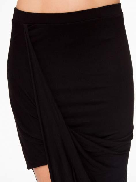 Czarna asymetryczna spódnica maxi z drapowaniem i rozporkiem z boku                                  zdj.                                  10