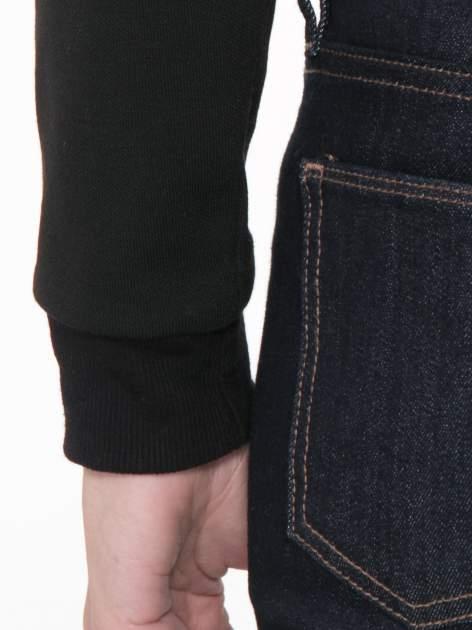 Czarna bluza cropped z nadrukiem numerycznym                                  zdj.                                  5