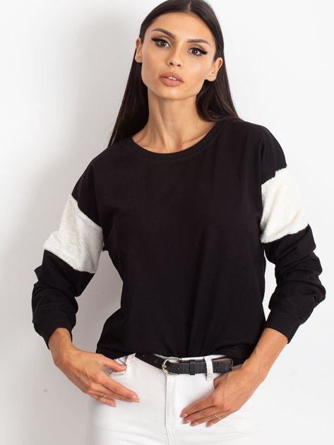 Czarna bluza z futerkowymi wstawkami na ramionach                              zdj.                              1