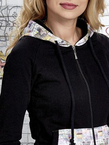 Czarna bluza z kapturem i motywem newspaper print                                  zdj.                                  6