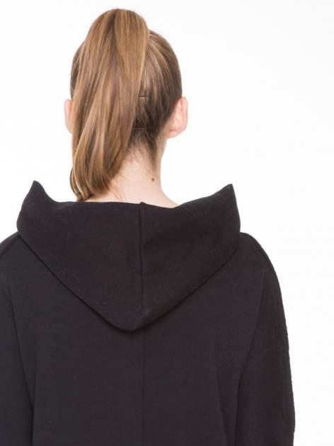 Czarna bluza z kapturem z surowym wykończeniem                                  zdj.                                  7