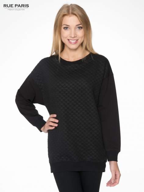 Czarna bluza z luźnymi rękawami o bąbelkowej fakturze                                  zdj.                                  1