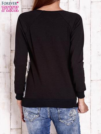 Czarna bluza z miejskim nadrukiem                                  zdj.                                  4