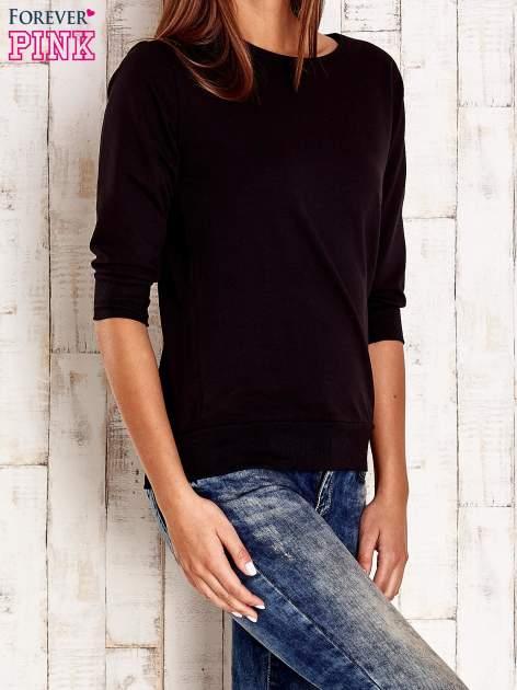 Czarna bluza z naszywkami na rękawie                                  zdj.                                  3
