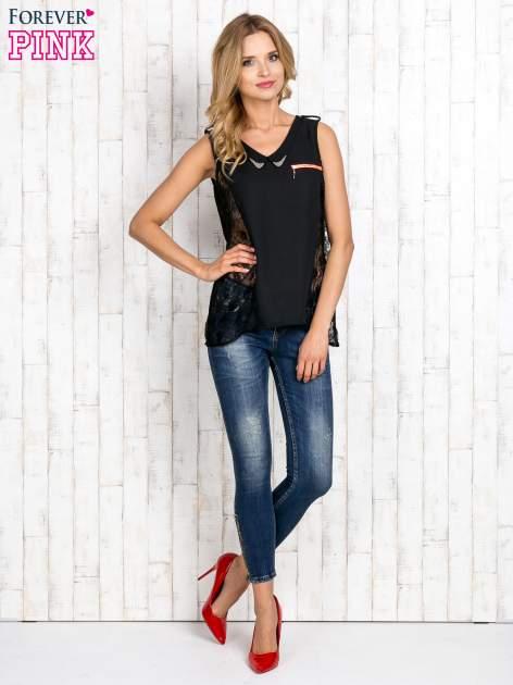 Czarna bluzka koszulowa z koronkowymi wstawkami na bokach                                  zdj.                                  2