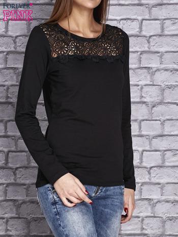 Czarna bluzka z koronkową wstawką                                  zdj.                                  3