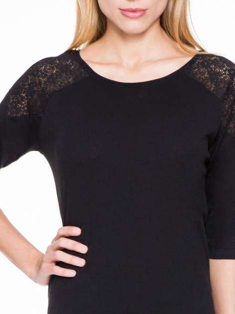 Czarna bluzka z koronkową wstawką na ramionach                                  zdj.                                  5
