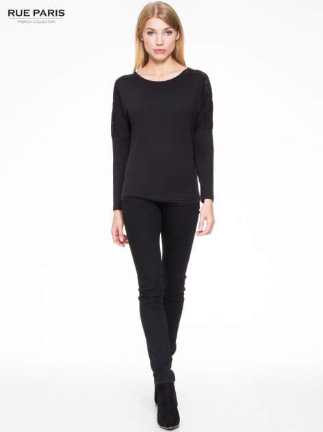 Czarna bluzka z koronkową wstawką na rękawach i z tyłu                                  zdj.                                  2