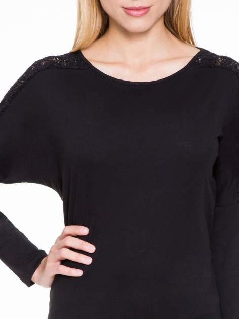 Czarna bluzka z koronkową wstawką na rękawach i z tyłu                                  zdj.                                  5