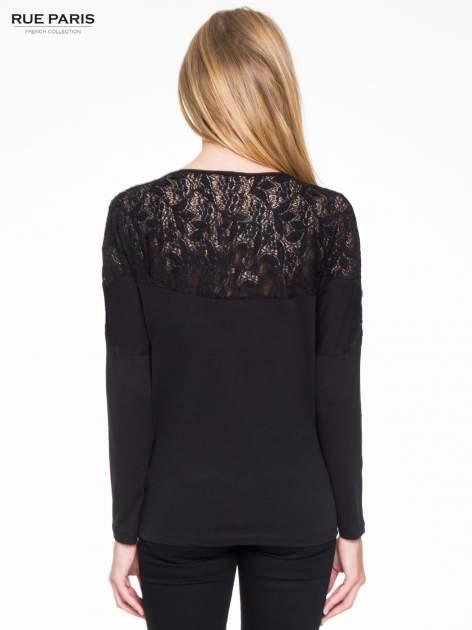 Czarna bluzka z koronkową wstawką na rękawach i z tyłu                                  zdj.                                  4