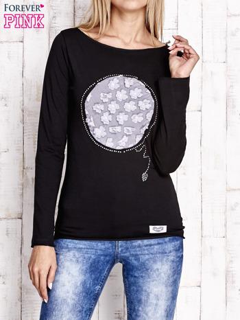 Czarna bluzka z kwiatową aplikacją i surowym wykończeniem                                  zdj.                                  1
