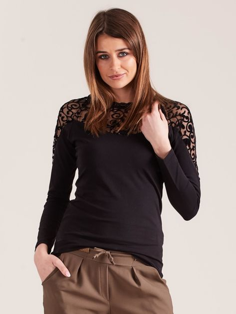 Czarna bluzka z ozdobnym dekoltem                              zdj.                              1