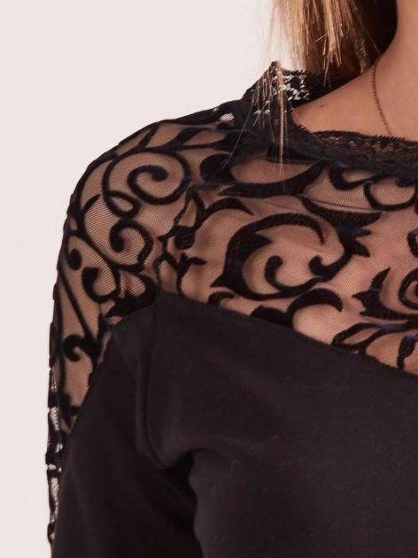 Czarna bluzka z ozdobnym dekoltem                              zdj.                              6
