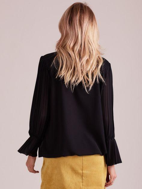Czarna bluzka z plisowanymi rękawami                              zdj.                              2