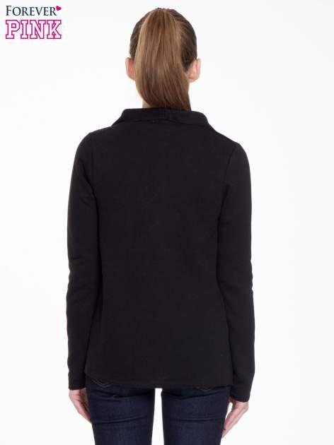 Czarna bluzonarzutka z klapami o kroju waterfall                                  zdj.                                  4