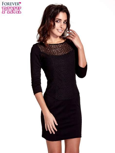 Czarna dopasowana sukienka z ażurowym wykończeniem