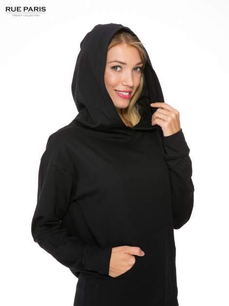 Czarna dresowa bluzosukienka z kapturem i kieszenią typu kangur                                  zdj.                                  6
