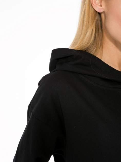 Czarna dresowa bluzosukienka z kapturem i kieszenią typu kangur                                  zdj.                                  8